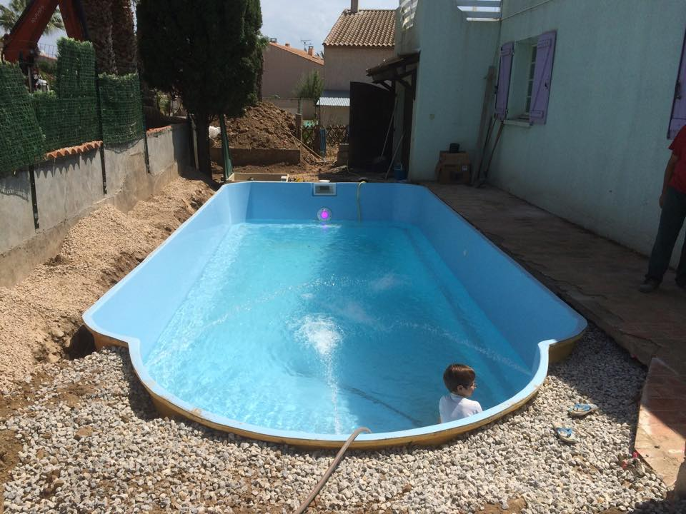 Piscine polyester pos e au ras d 39 une terrasse blog for Piscine coque polyester angers