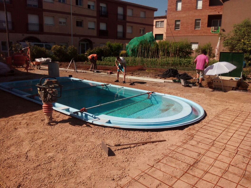 Installation et pose piscine debordement avec dalle for Installation piscine
