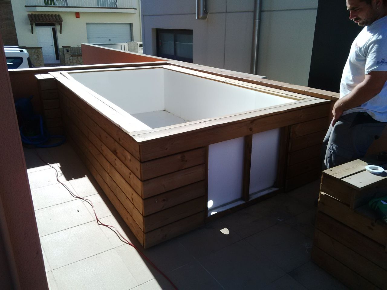 Installation piscine sur petite terrasse finition bois for Piscine coque polyester angers